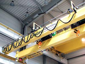 Ein Brückenkran ausgestattet mit einer Conductix-Wampfler C-Schiene - Leitungswagensystem